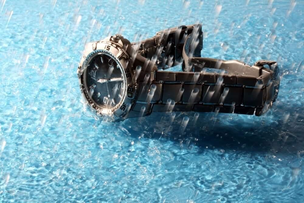 Vodotěsné hodinky v dešti