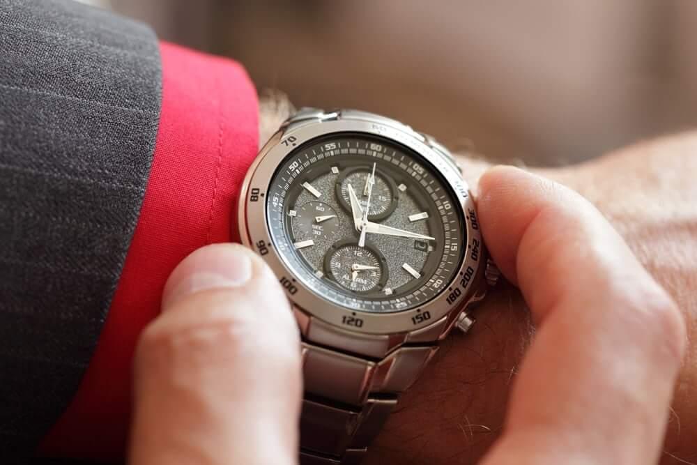Kontrola času na hodinkách s lunetou
