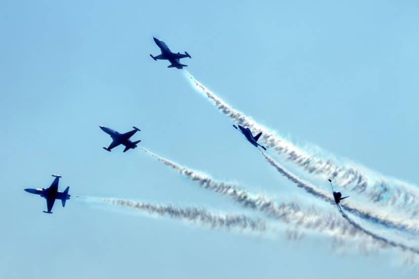 Proudová letadla na modré obloze