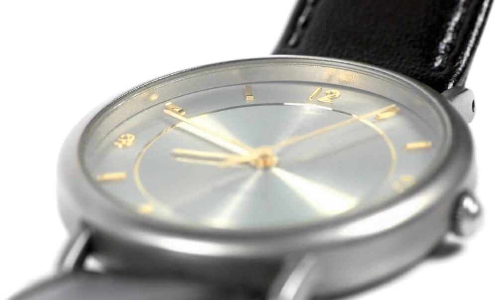 Titanové hodinky se zlatým ciferníkem